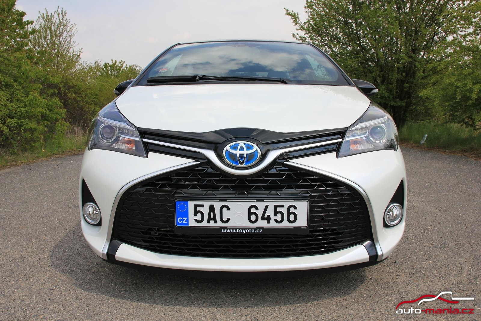 test toyota yaris hybrid at. Black Bedroom Furniture Sets. Home Design Ideas