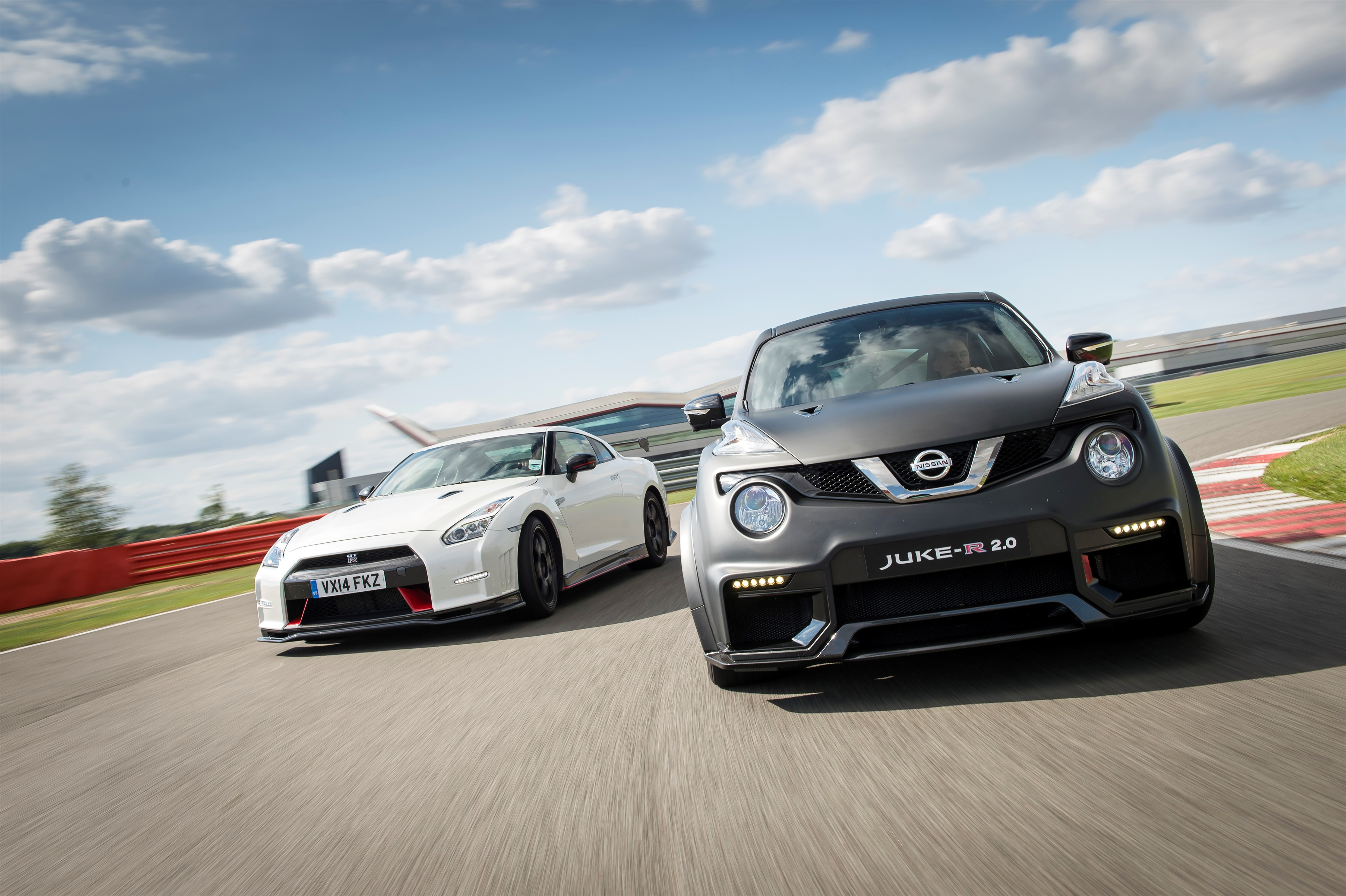 nissan juke r 2 0 vs nissan gt r nismo kdo bude rychlej video. Black Bedroom Furniture Sets. Home Design Ideas
