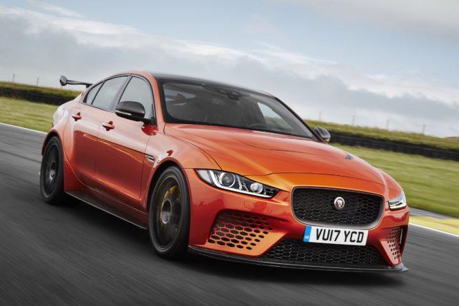 """Jaguar Land Rover podporuje elektrifikaci, ale i """"pořádné"""" benzinové motory"""