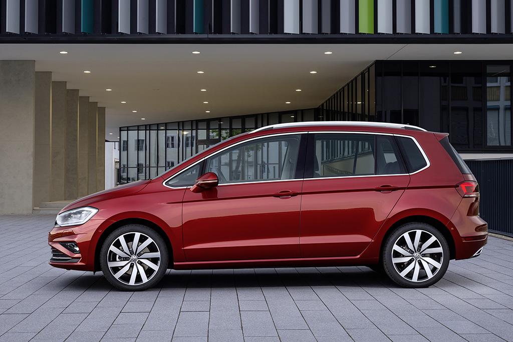 2018-Volkswagen-Golf-Sportsvan-02