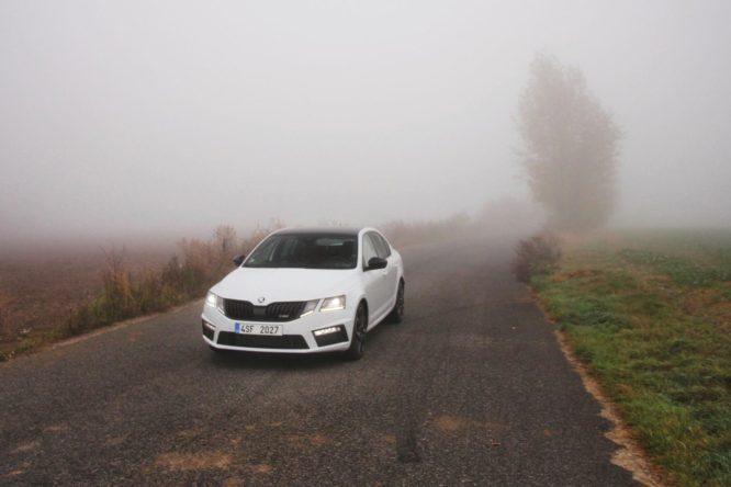 Řada řidičů stále používá mlhovky a denní svícení špatně. Ohrožují sebe i ostatní