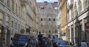 Parkovani_na_mozaikovem_chodniku_zdroj_foto_TSK_Praha