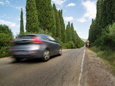 ilustracni-foto-projizdejici-auto-silnice-stromy
