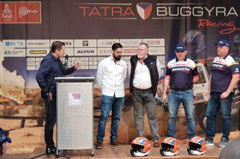 Moderátor Martin Pouva, manažer týmu Tatra Buggyra Racing Jan Kalivoda, česká dakarská legenda Josef Kalina a piloty Martin Šoltys a Martin Kolomý