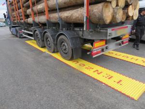 Policisté kontrolovali hmotnost nákladních aut. Většina byla těžší než měla být