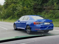 2019-skoda-superb-facelift-spy-video-dalnice