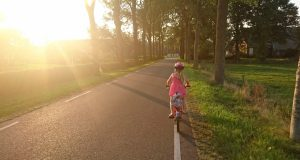 deti-jizda-na-kole-silnice