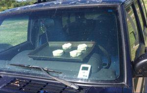 V zavřeném autě na slunci upekli sušenky. Jako varování