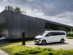 Der neue Mercedes-Benz EQV - Exterieur, Bergkristallweiß metallic, Black Panel-Kühlergrill mit Chromlamellen, Ladeanschluss im Stoßfänger, Mercedes-Benz Wallbox Home;Stromverbrauch kombiniert: 27,0 kWh/100 km; CO2-Emissionen kombiniert: 0 g/km*, Angaben vorläufig The new Mercedes-Benz EQV – Exterior, Mountain crystal white metallic, black panel radiator grille with chrome fins, charging connection in the bumper, Mercedes-Benz Wallbox Home;combined power consumption: 27.0 kWh/100 km; combined CO2 emissions: 0 g/km*, provisional figures