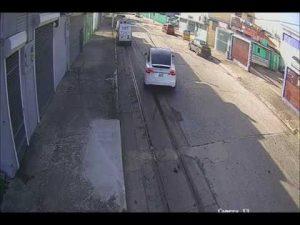 Splašená Tesla zdemolovala auto a málem zabila chodce