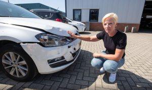 Zaparkovala auto na letišti a vrátila se k vraku, který dostal pokuty a najel stovky kilometrů