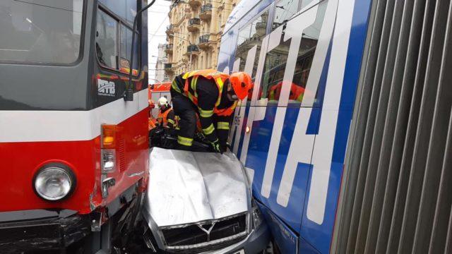 Takto se stala včerejší nehoda v Brně, při které dvě tramvaje slisovaly Octavii