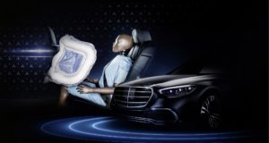 "Die zweite Folg e des Specials ""Meet the S-Class DIGITAL"" informiert bereits vor der Weltpremiere der neuen Mercedes-Benz S-Klasse im September über technische Innovationen, mit denen die Luxuslimousine neue Standards hinsichtlich Sicherheit sowie Fahrkomfort setzt und das Fahren dank intelligenter Funktionen erleichtert. The second edition of the ""Meet the S-Class DIGITAL"" special provides information on the technical innovations of the new Mercedes-Benz S-Class ahead of its world premiere in September. The ground-breaking technology in the luxury saloon sets new standards in safety and comfort and makes driving easier thanks to intelligent functions."