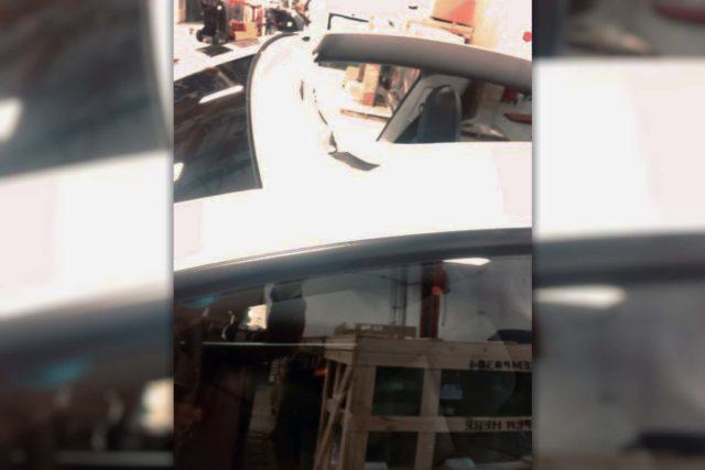 Tesle za jízdy na dálnici uletěla střecha. Podle servisu za to možná můžou ve výrobě, když zapomněli na těsnění