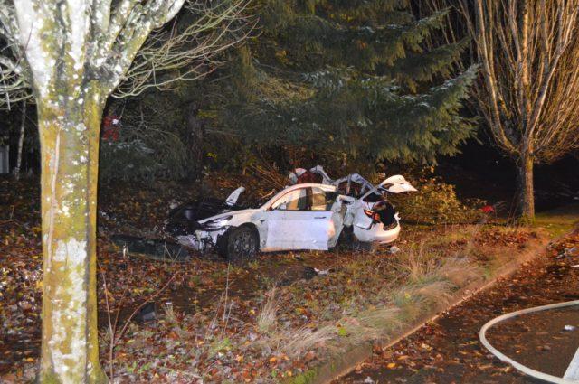 Opilý řidič rozmetal svou Teslu na kousky. Ty se rozletěly do několika domů, jednomu z obyvatel spadly i do klína